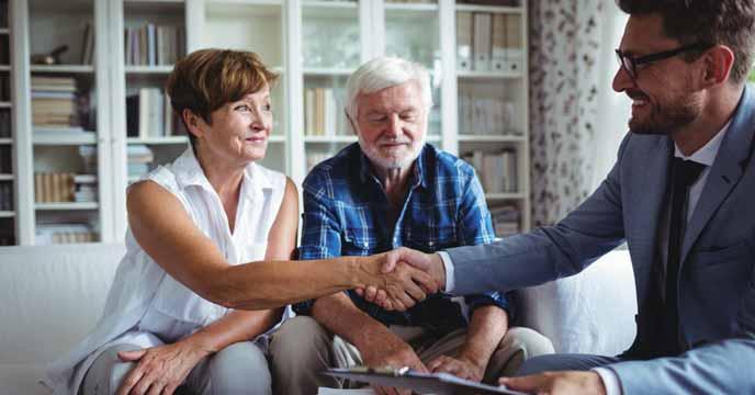 Makler berät Vermieter persönlich Zuhause zum Thema Immobilie vermieten