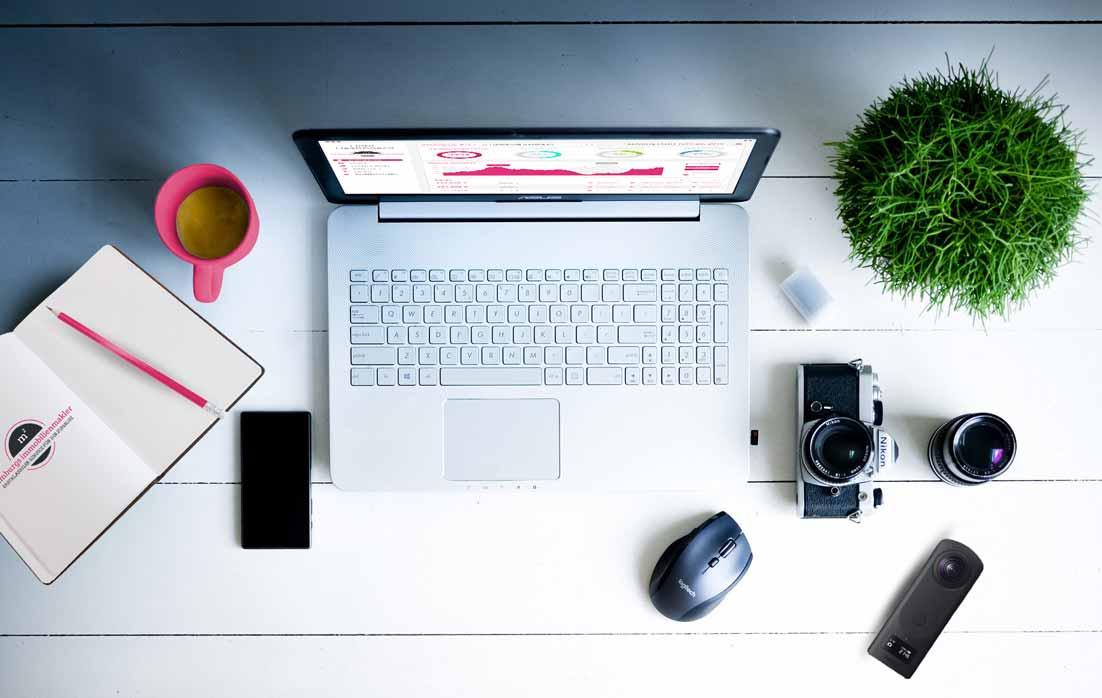 Schreibtisch eines Immobilienmaklers von Hamburgs Immobilienmakler mit der gesamten Ausrüstung. Mit uns machen Sie Karriere