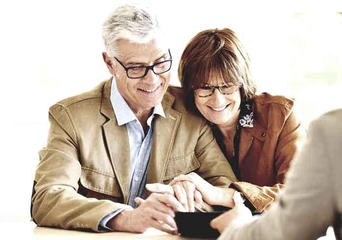 Ehepaar bei einer Beratung von Immobilienmaklern in Hamburg