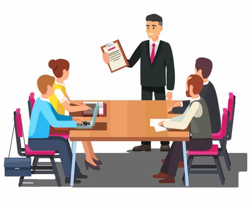 Immobilienmakler steht beim Notar bei Kaufvertragsunterschrift vor dem Tisch und berät die Verkäufer und die Käufer