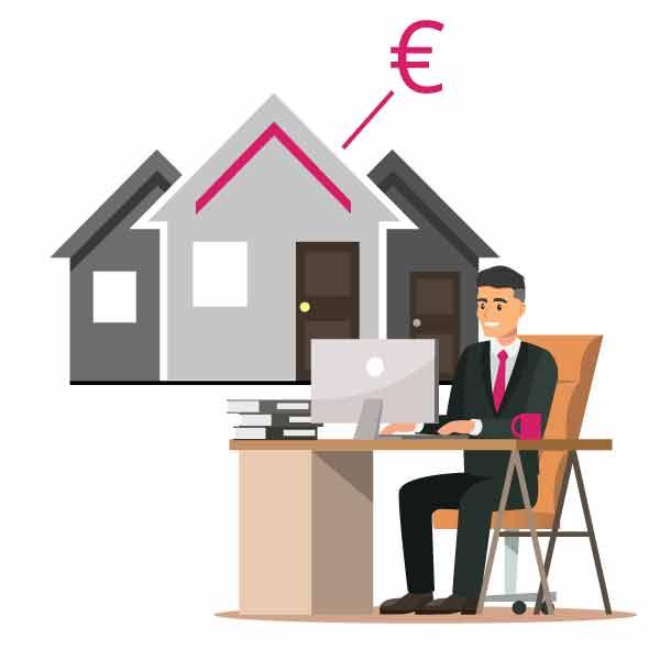 Immobilienmakler sitzt am Tisch und erarbeitet eine professionelle Immobilienbewertung für den Verkauf einer Immobilie