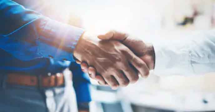 Immobilienverkäufer und Immobilienmakler besiegeln Ihre Zusammenarbeit mit einem Handschlag