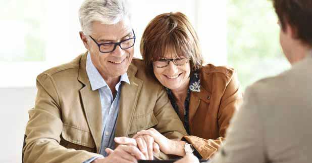 Mann und Frau sitzen als Paar bei einer Beratung eines Immobilienmaklers bezüglich einer Immobilienbewertung