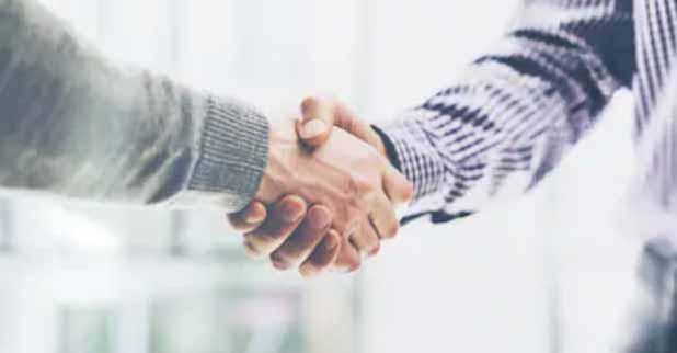Immobilienmakler und Verkäufer geben sich die Hand für eine persönliche und vertrauensvolle Zusammenarbeit