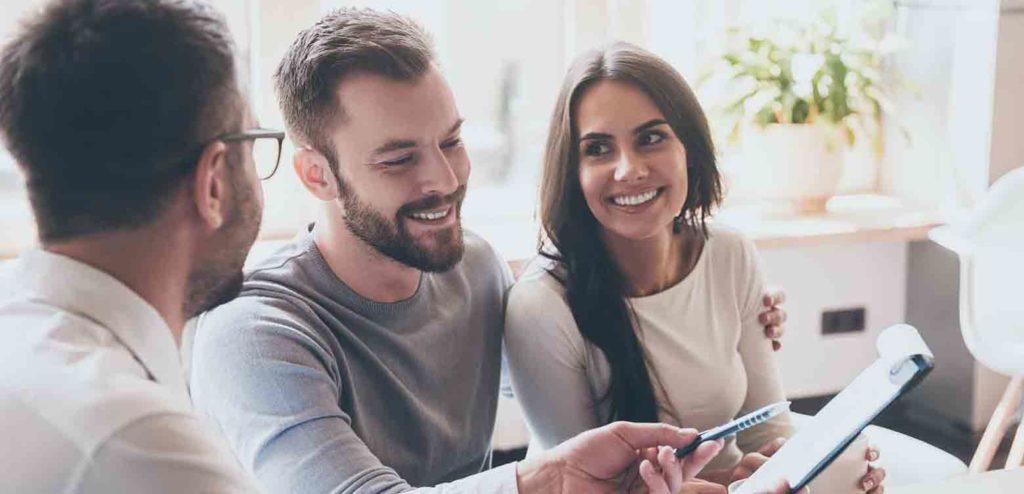 Eigentümer, die eine Wohnung verkaufen wollen, lassen sich von einem Makler beraten