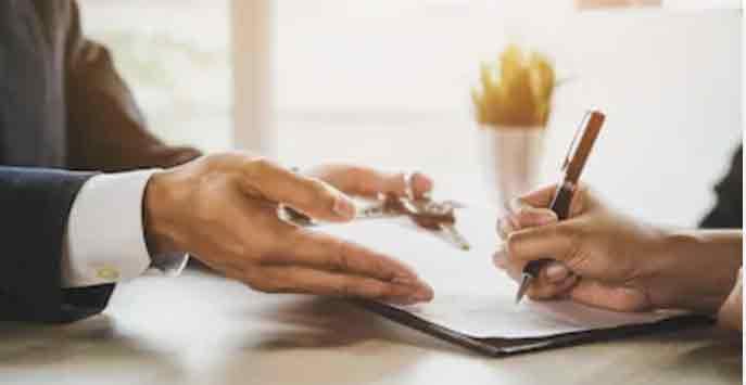 Das Bestellerprinzip in der Vermietung: Makler und Mieterin bei Vertragsunterschrift