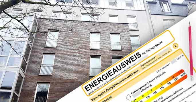Energieausweis und eine Immobilie im Hintergrund