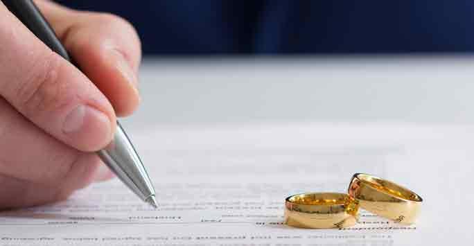 Verkäufer unterschreibt Maklervertrag für Hausverkauf nach Scheidung