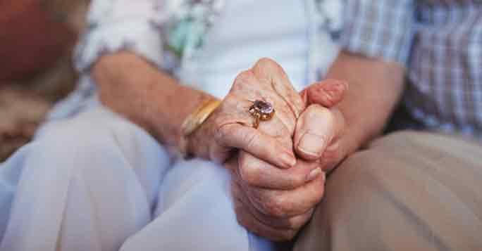 Senioren, die ihr Haus vererben wollen, halten sich die Hände