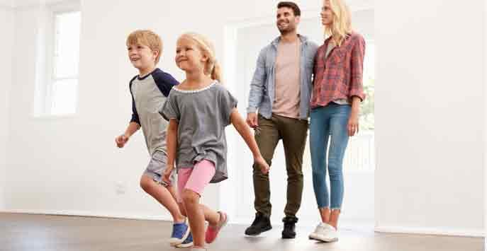 Wohnung vermieten mit Makler: Mieter Familie zieht in die neue Wohnung ein