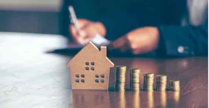 Immobilienkäufer sitzt am Tisch und berechnet die Grundsteuer