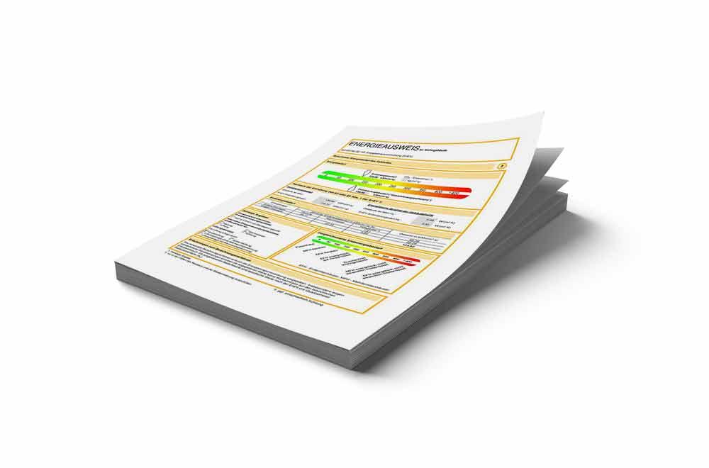 Energieausweis, Verkehrswertermittlung einer Immobilie und andere Dokumente auf einem Stapel