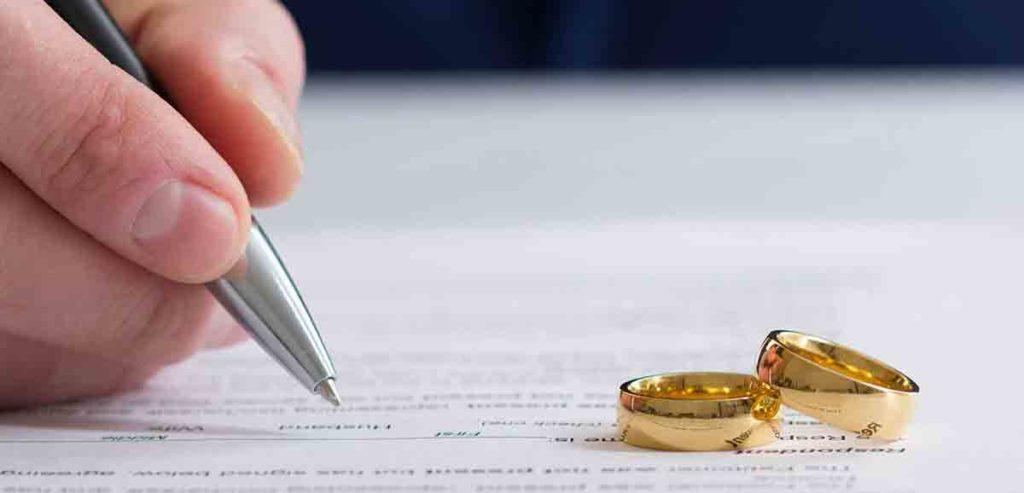 Vertragsunterschrift zum Hausverkauf bei Scheidung