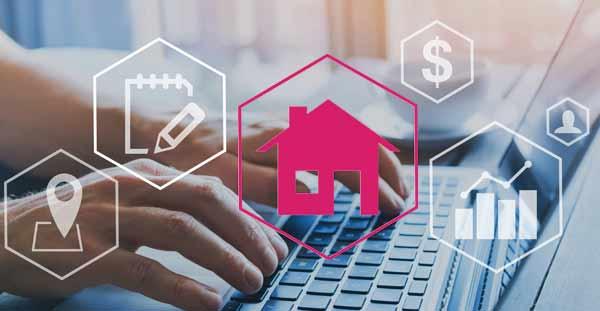 Immobilienmakler aus Eimsbüttel greift am Computer auf umfangreiche Immobiliendatenbank zu