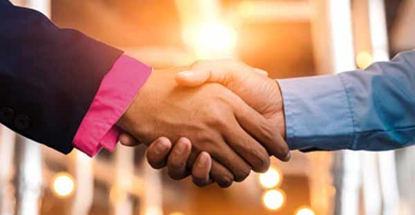 Makler und Verkäufer aus Eppendorf schütteln sich die Hände