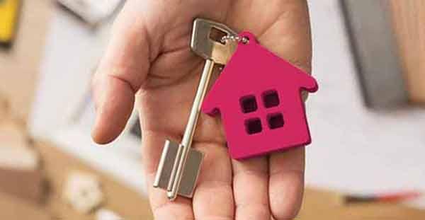 Makler aus Ottensen hält Haustürschlüssel in der Hand