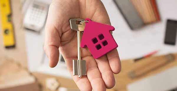 Makler aus Altona hat einen Schlüssel in der Hand